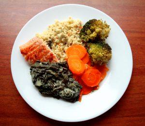 Łosoś ze szpinakiem i warzywami
