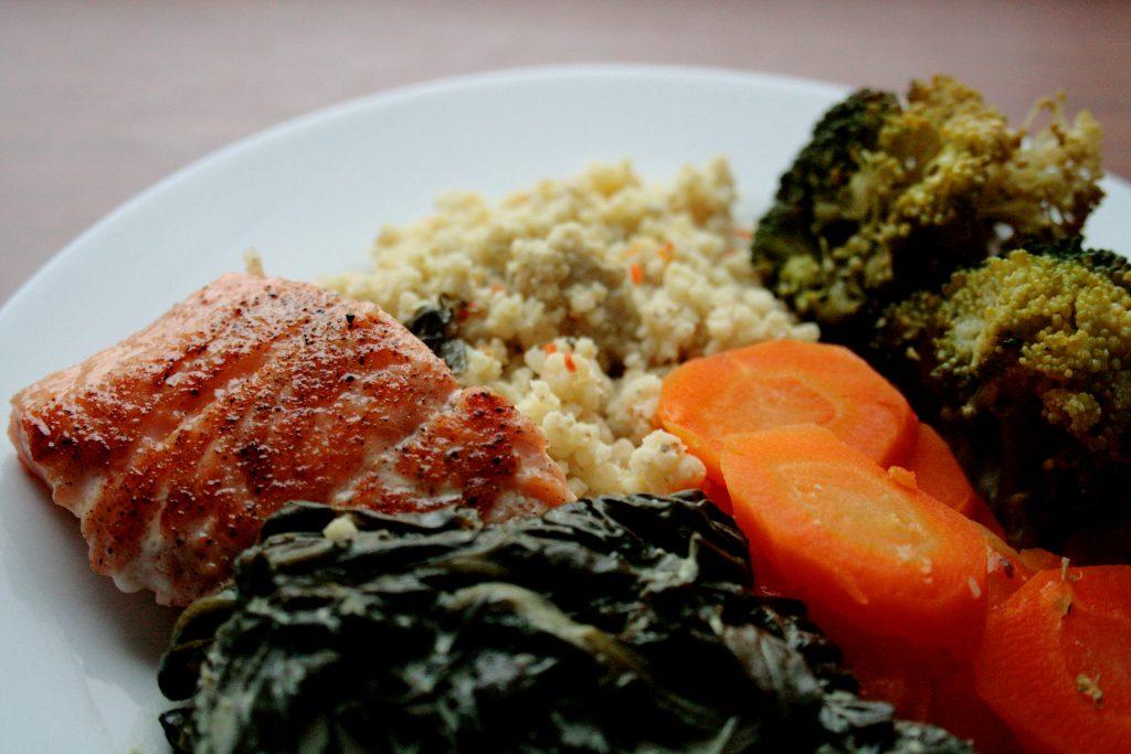 pyszny łosoś z warzywami i kaszą