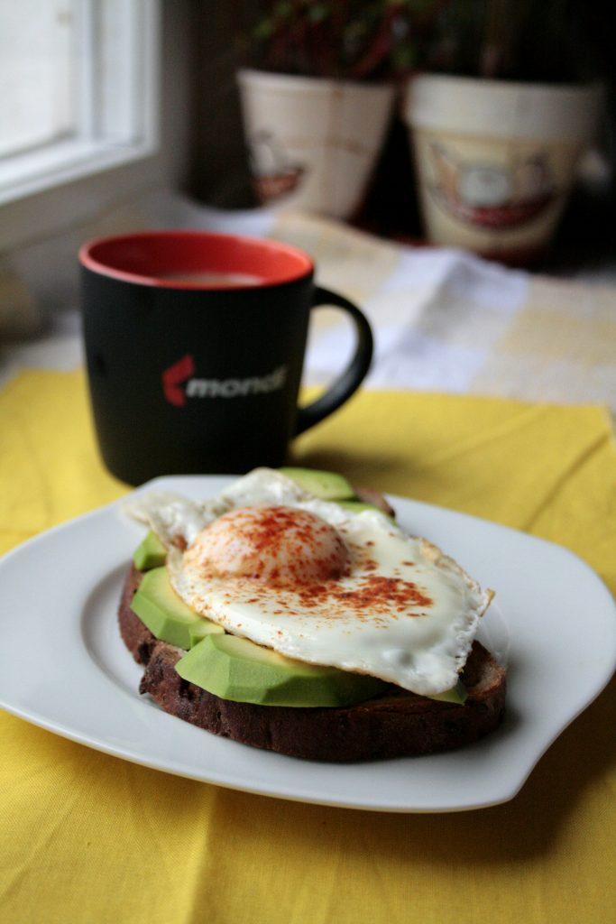 Low FODMAP jajko sadzone na toście z awokado