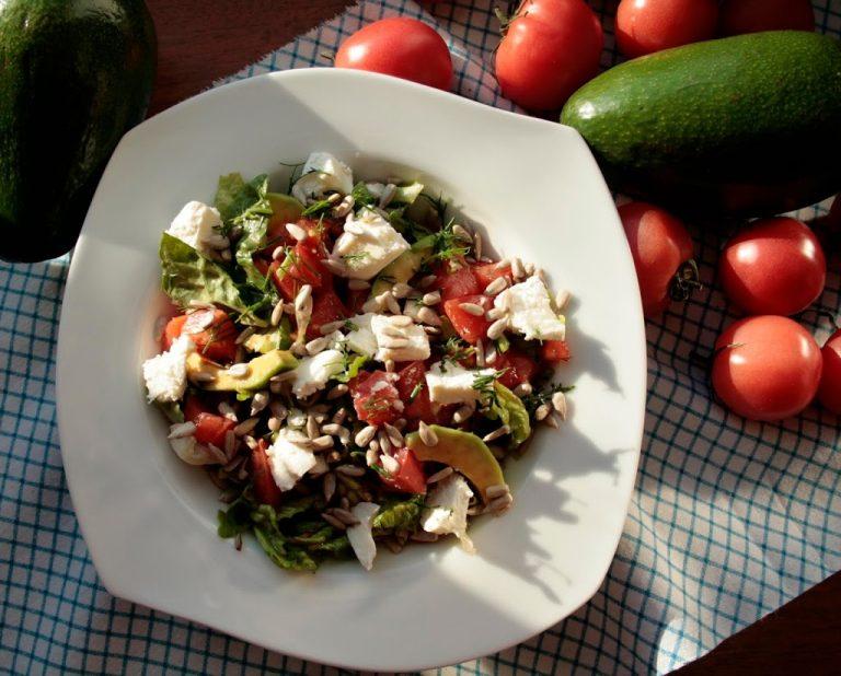 Sałatka z awokado, pomidorem i fetą