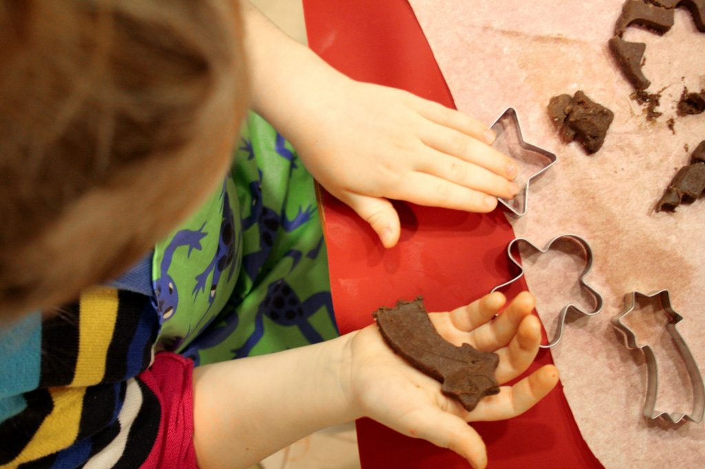 Dziecko robi bezglutenowe pierniki