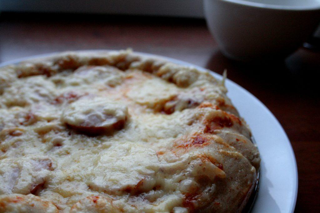Pizza orkiszowa low FODMAP po pieczeniu, z dodatkami