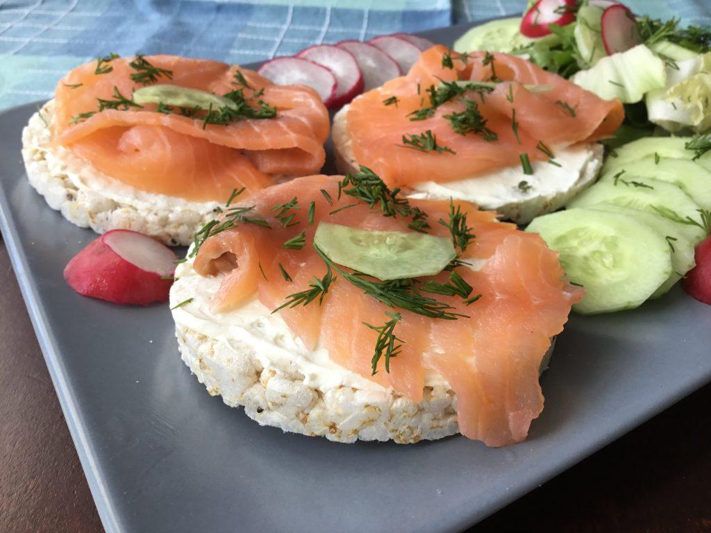 Low FODMAP kanapka z łososiem wędzonym i serkiem