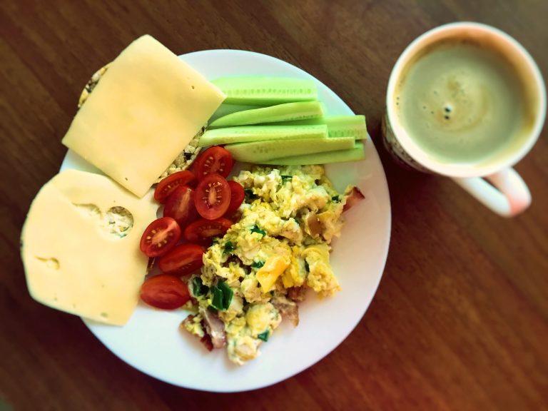 Jajecznica i Warzywa na Śniadanie
