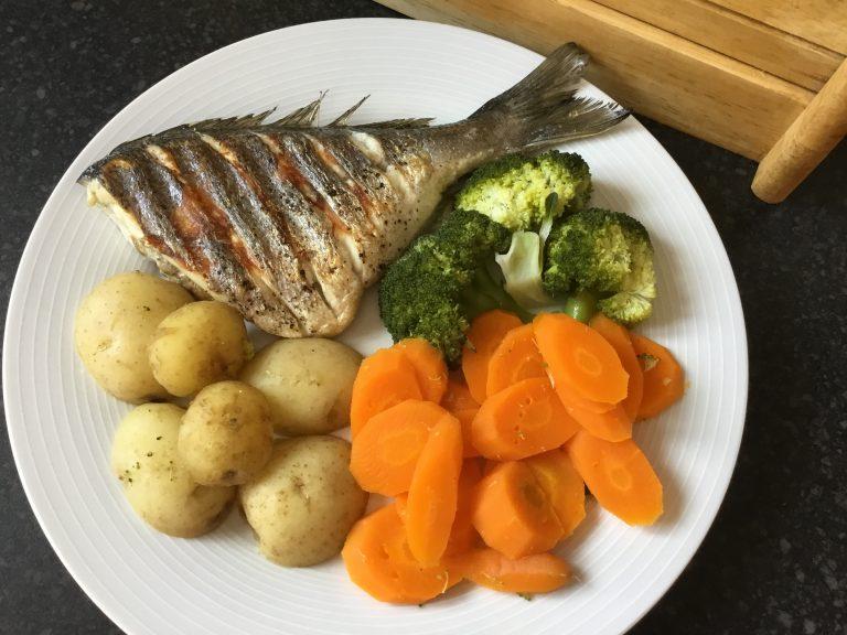 Grillowany okoń morski i warzywa na parze