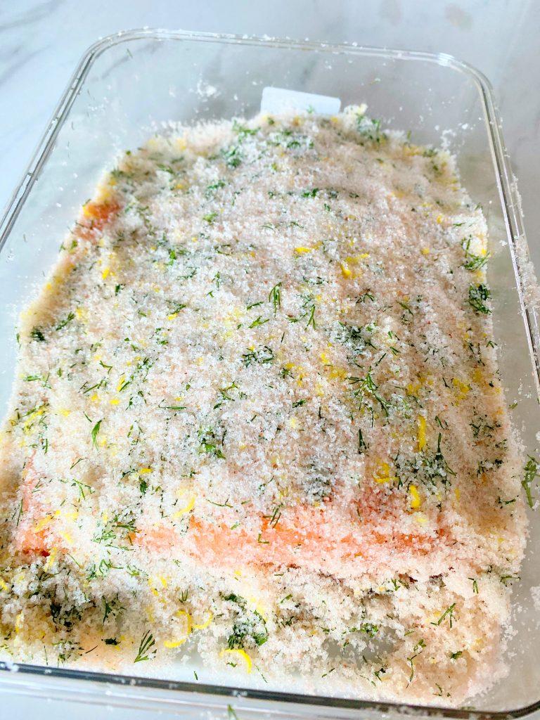 Gravlax z łososia marynuje się z koprem i skórką z cytryny
