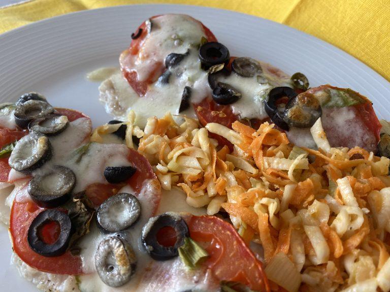 Dorsz Zapiekany z Mozarellą i Pomidorami i surówka