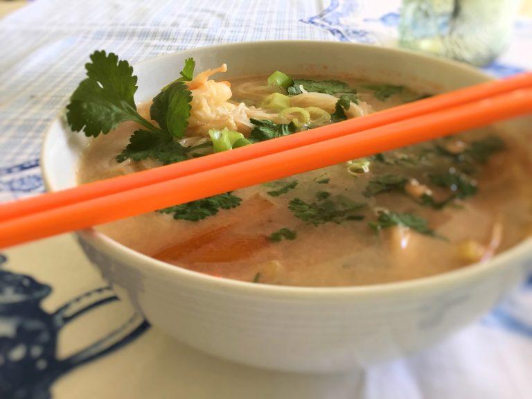 Tajska Zupa z Krewetkami i Makaronem Ryżowym